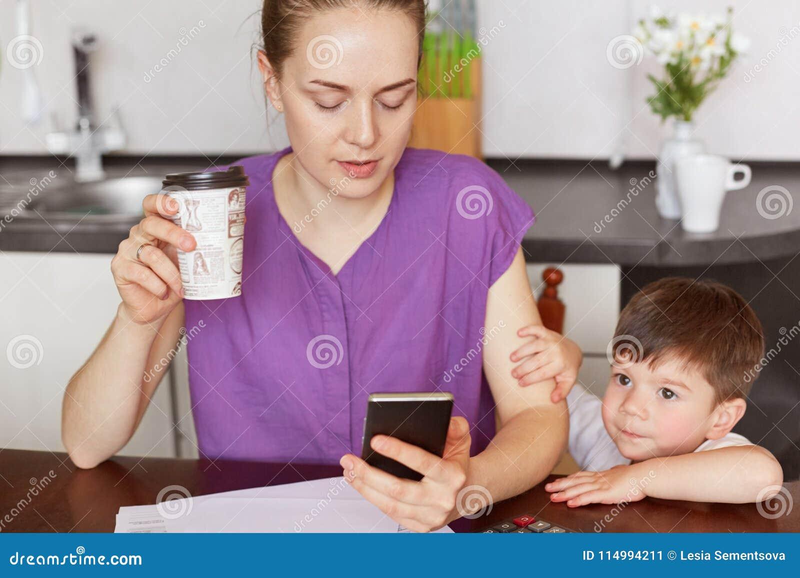 Cropped wizerunek skoncentrowany żeński pracownik robi dalekiej pracie, wiadomości z pracownikiem na telefonie komórkowym, surron