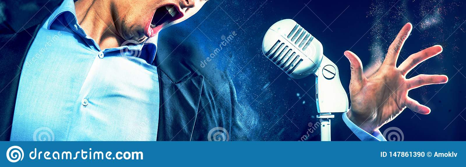 Cropped wizerunku caucasian ekspresyjnego mężczyzny usta otwarty śpiew na rocznika bielu mikrofonie Wizerunek z cyfrowymi skutkam