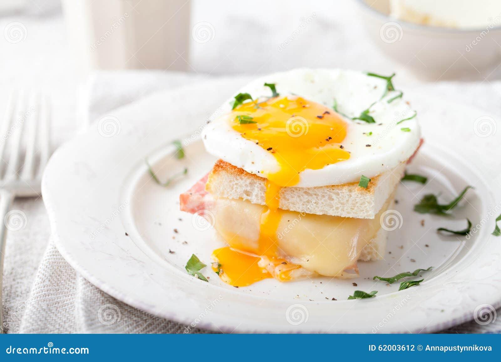 croque madame, ei, schinken, käsesandwich traditionelle