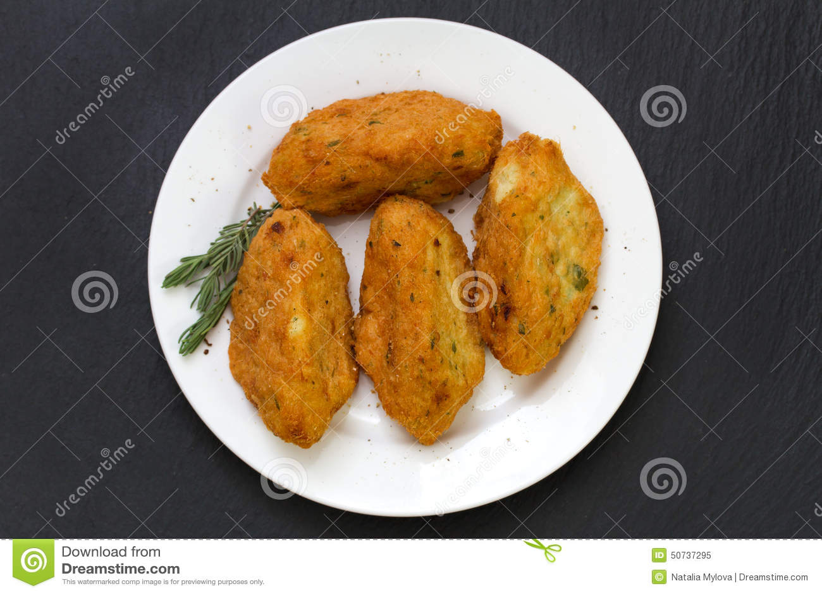 Croquettes ψαριών στο πιάτο