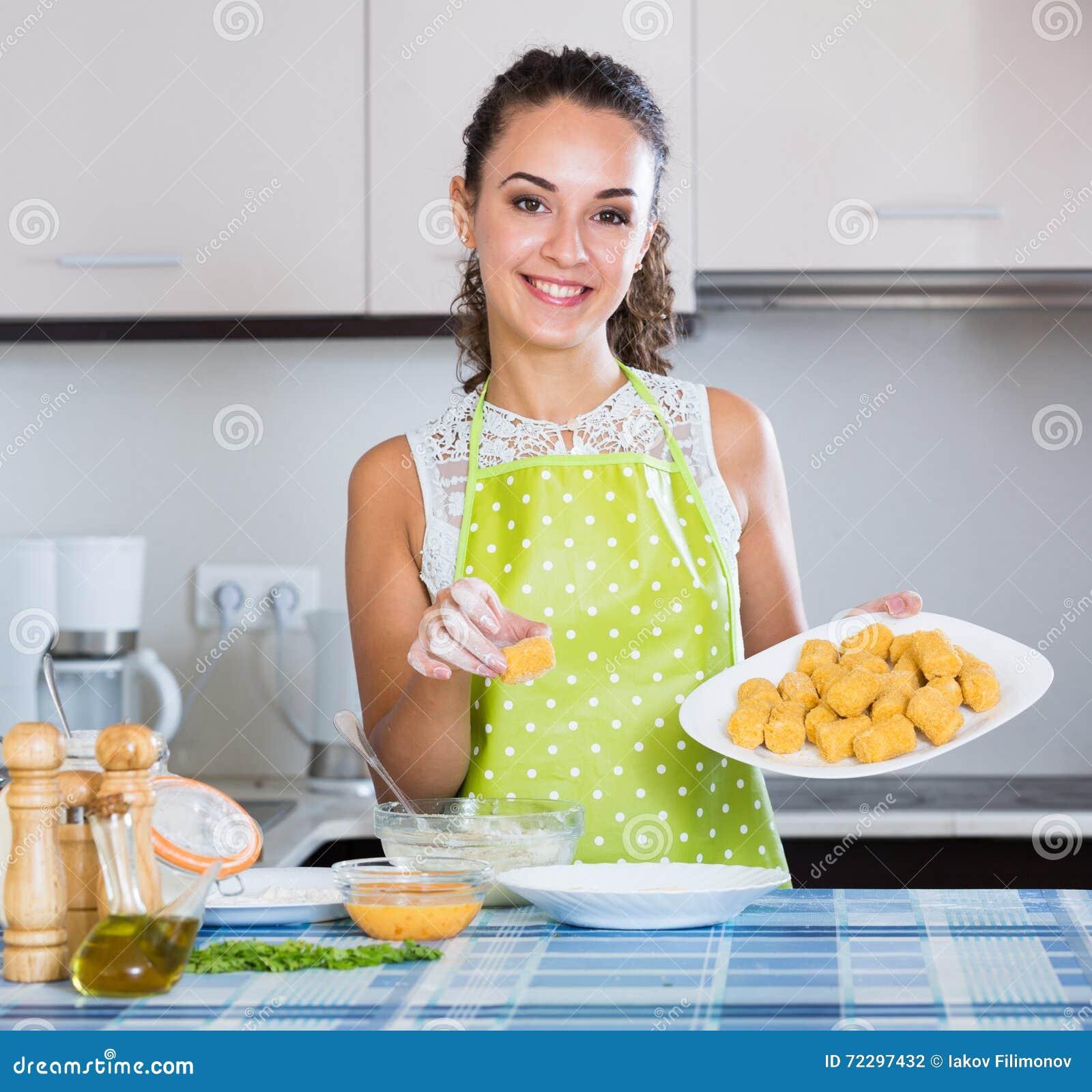 Download Croquettes женщины заполненные завальцовкой Стоковое Фото - изображение насчитывающей дом, кавказско: 72297432