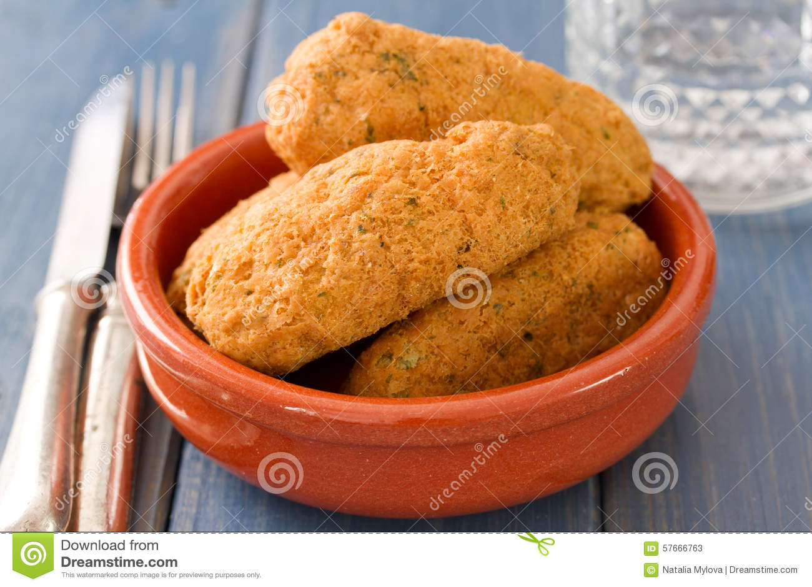 Croquettes рыб на блюде