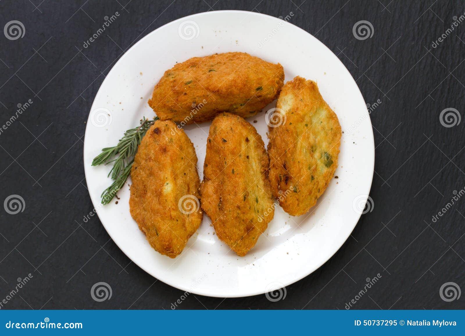 Croquettes рыб на плите