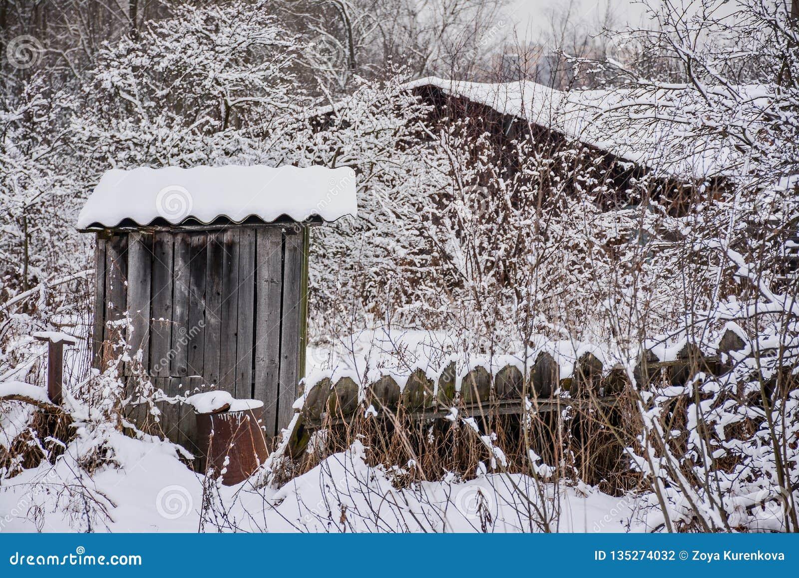 Croquis d hiver Neige pelucheuse sur des maisons, des barrières et d autres bâtiments