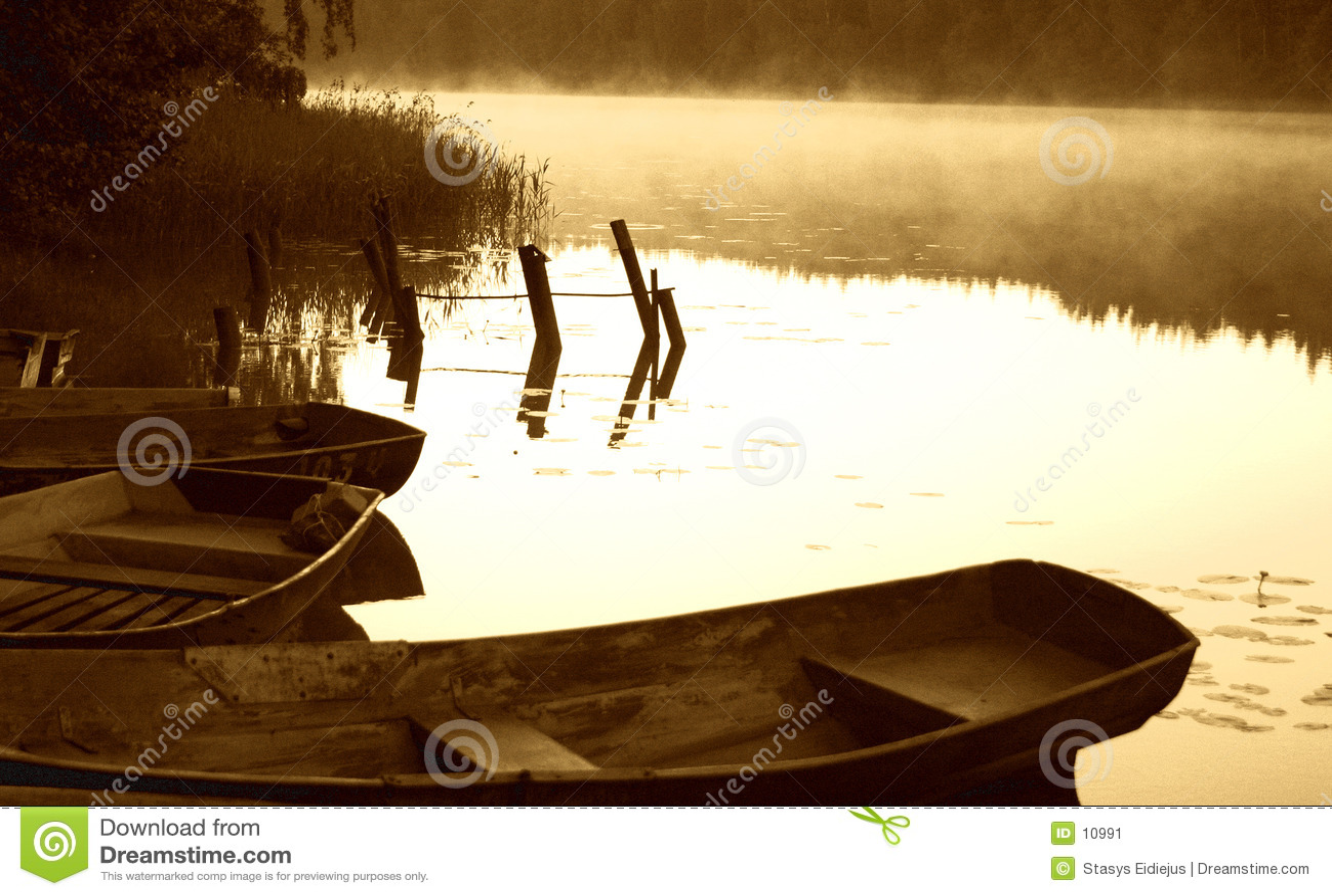 Croquis de début de la matinée par le lac brumeux avec des bateaux