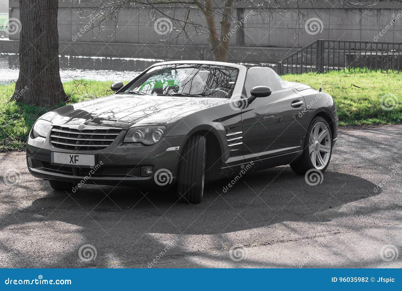 Crossfire terenówka w parking w Niemcy