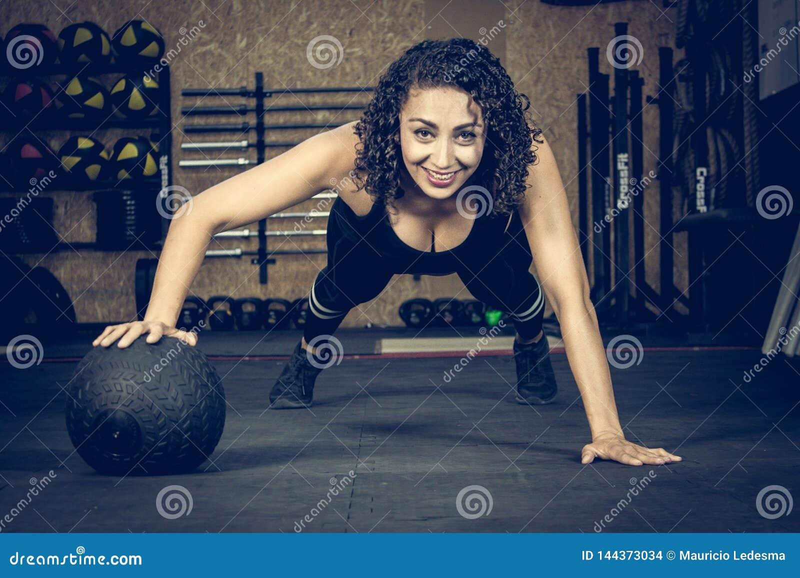 Crossfitter тренируя трудный ежедневный шарик wod