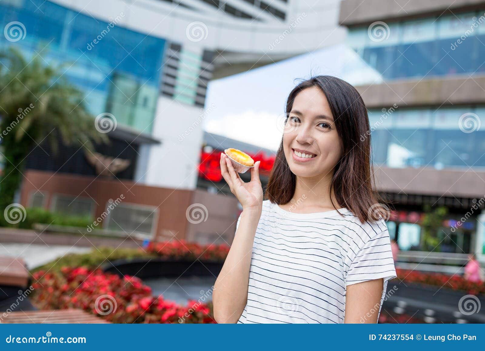 Crostata dell uovo della tenuta della donna