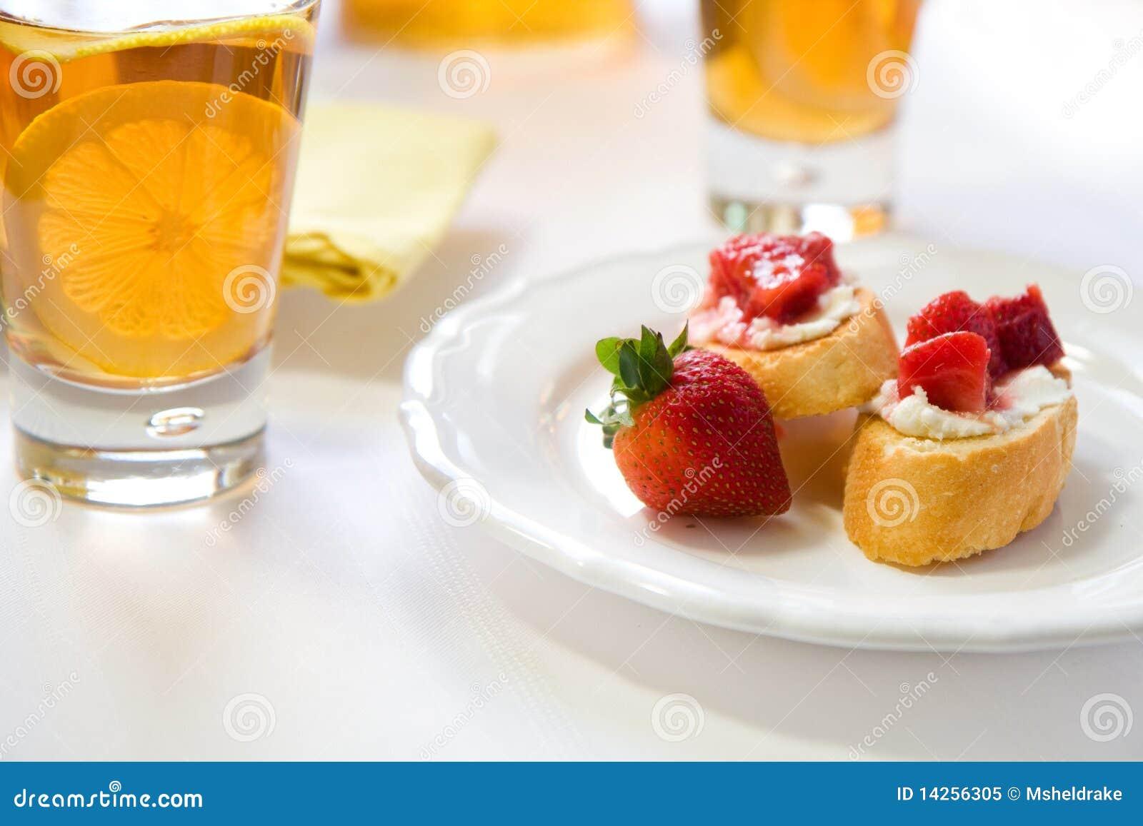 Crostini avec la compote de rhubarbe de fraise
