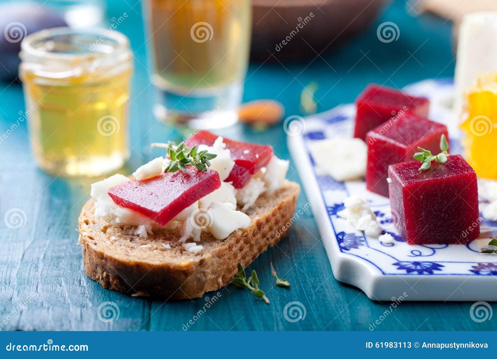 Crostini, Bruschetta con la prugna, la marmellata d arance della bacca ed il formaggio di capra