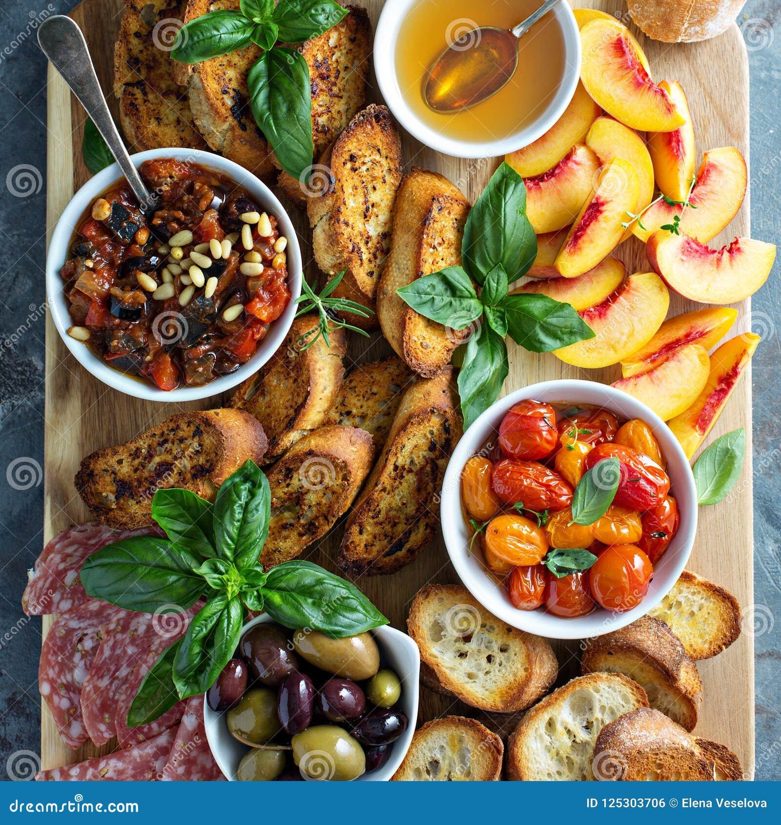 Crostiniraad met tomaten, perziken en onderdompeling