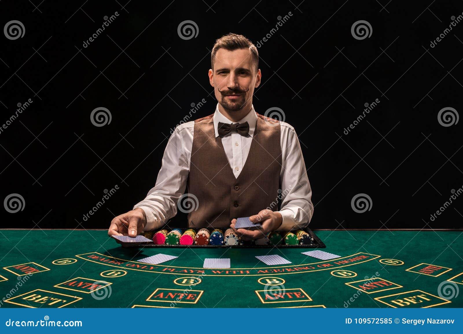 Croupier bak dobbleritabellen i en kasino
