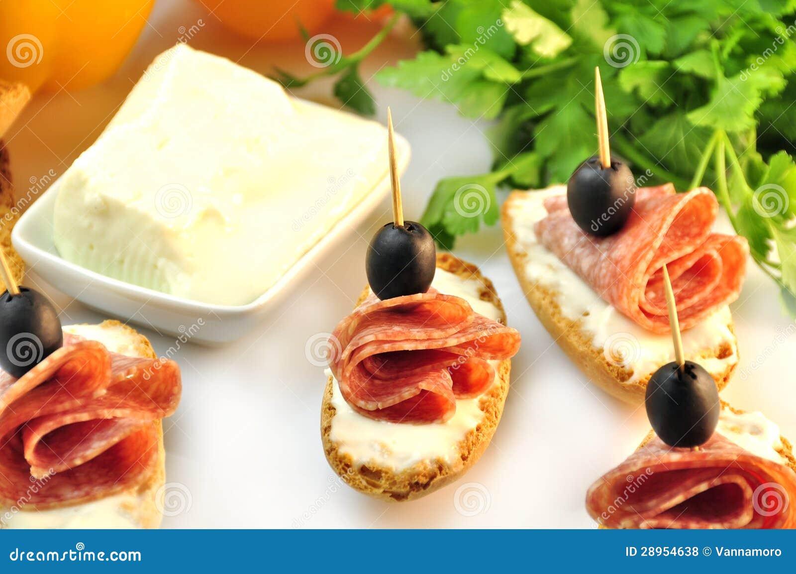 Croutons z pokrojonym ââsalami serem, oliwkami i