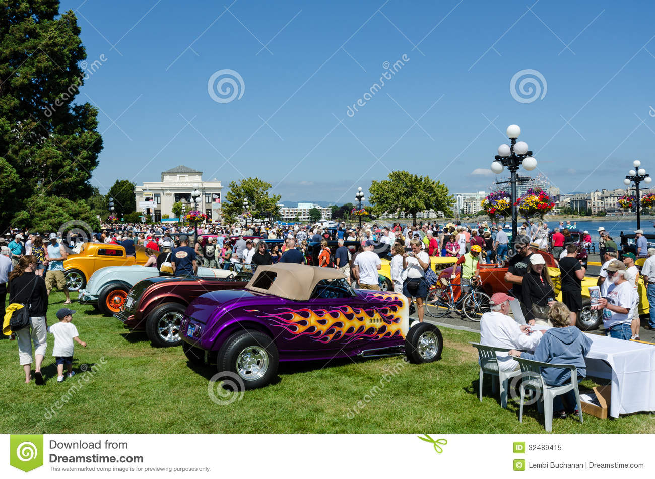 Crowds Inspect Classic Cars At Northwest Deuce Days Editorial