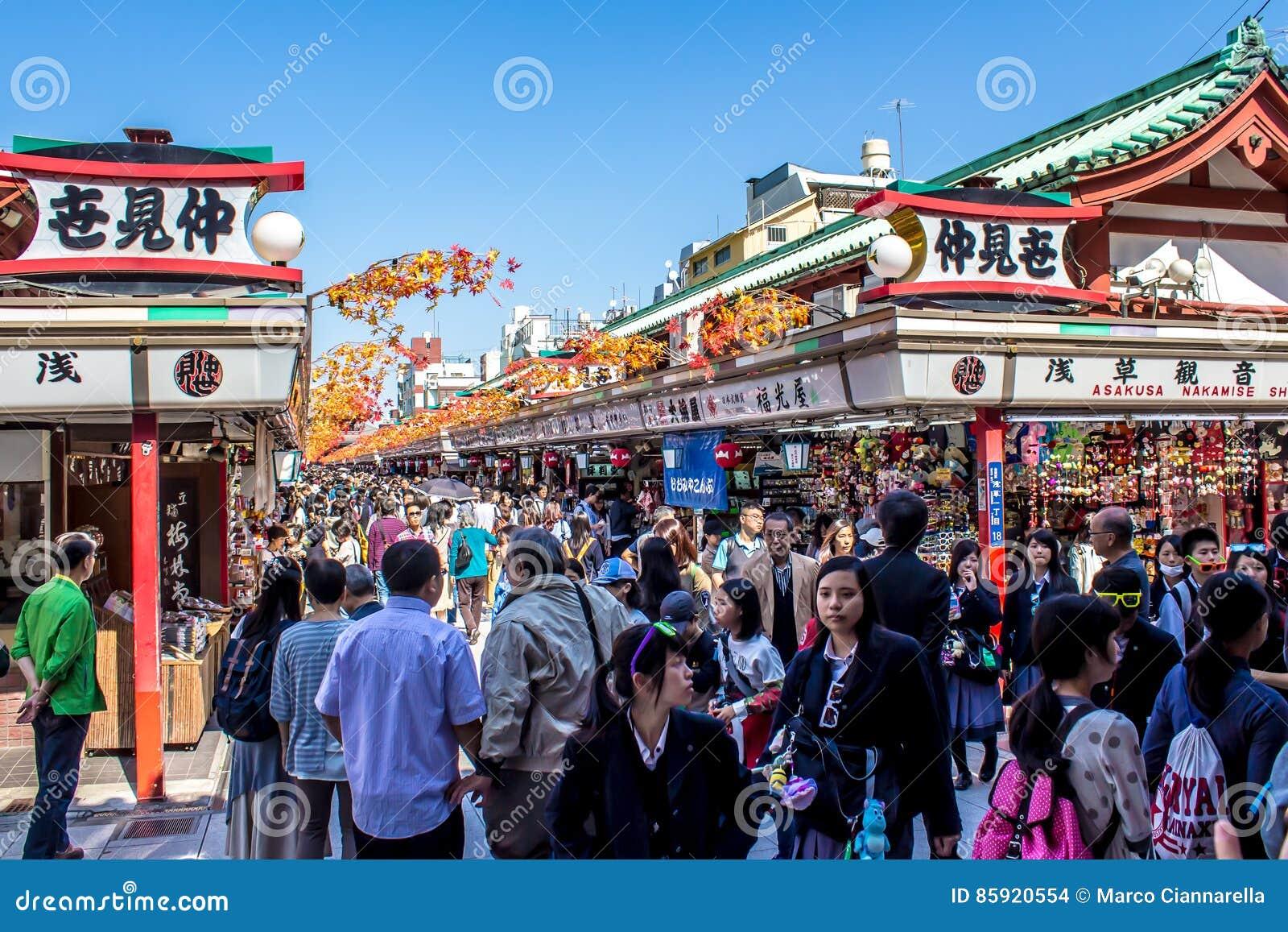 Crowds of tourists at Nakamise-dori