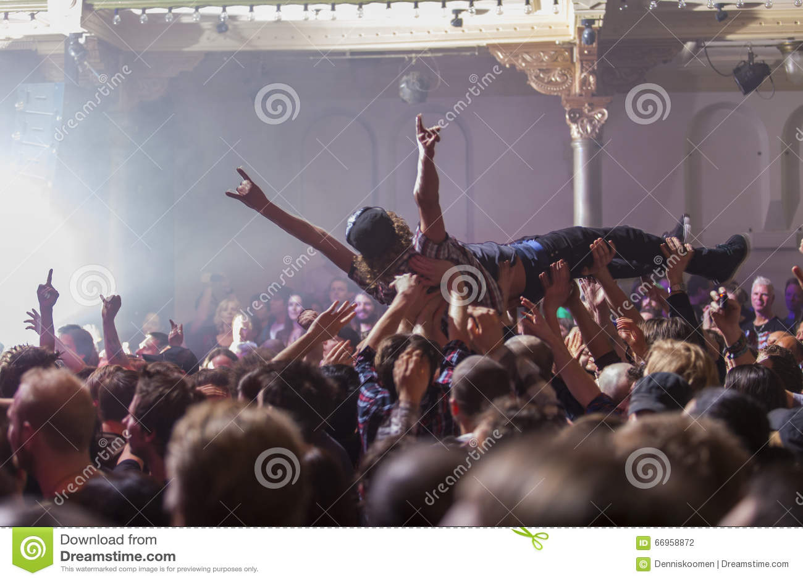 Crowdsurfing przy rockowym koncertem