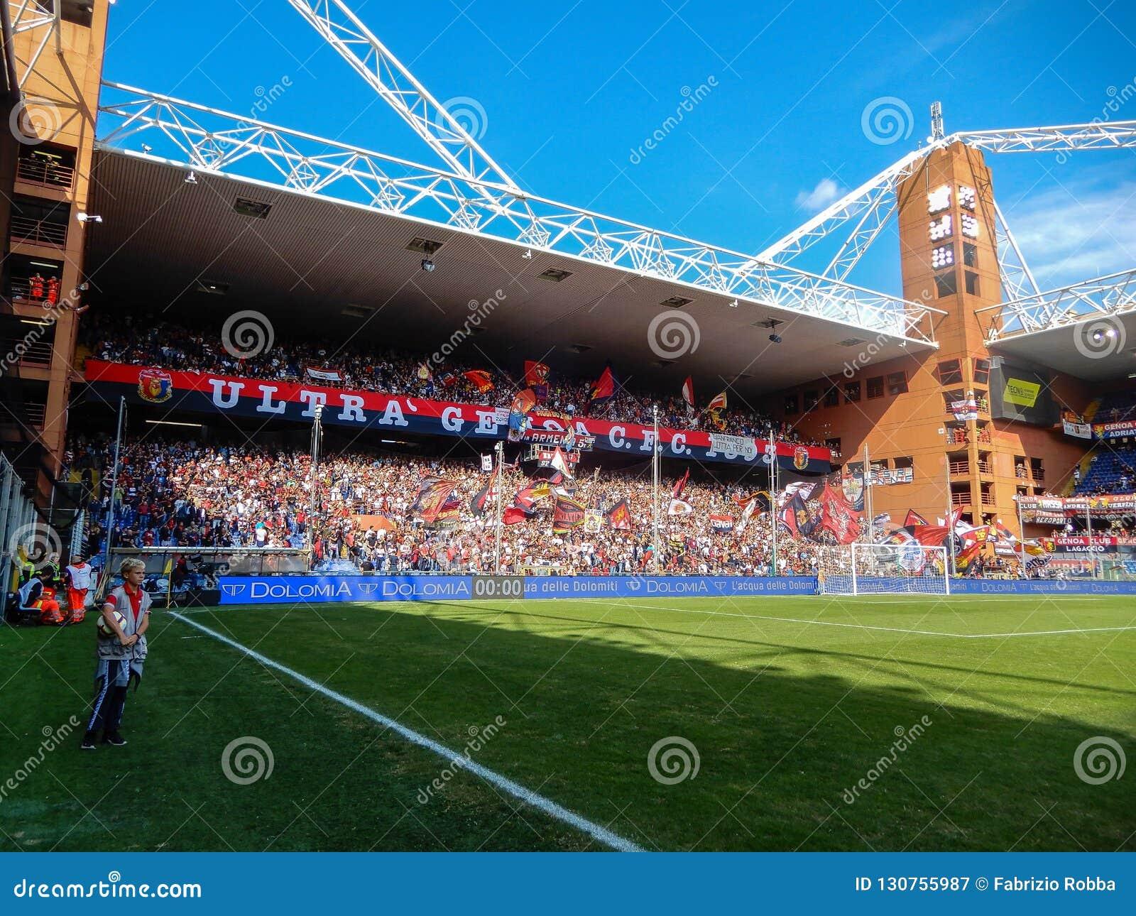 Crowdy стоит во время футбольного матча клуба сверчка и футбола Генуи 1893, в стадионе Luigi Ferraris Генуи, Genova Италия