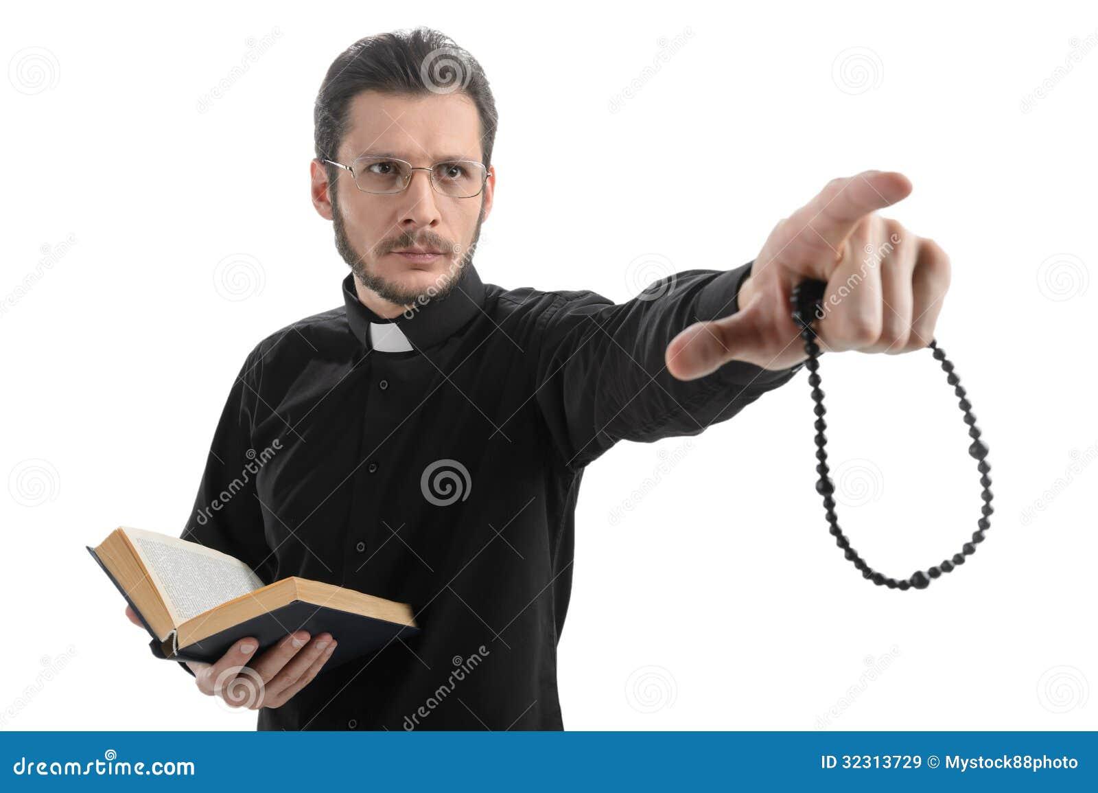 Croyez-vous en Dieu ? Portrait de prêtre se dirigeant parti tandis que St
