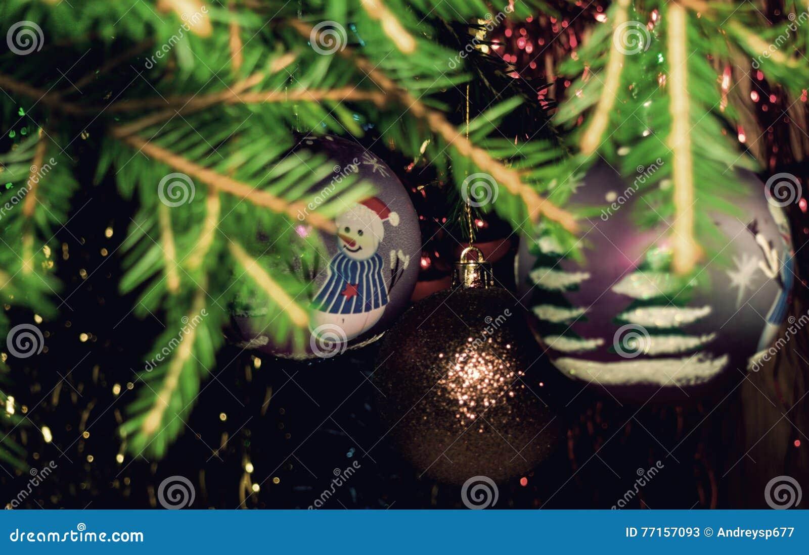 Cru Branches d arbre de Noël avec des boules de Noël et des flocons de neige en baisse