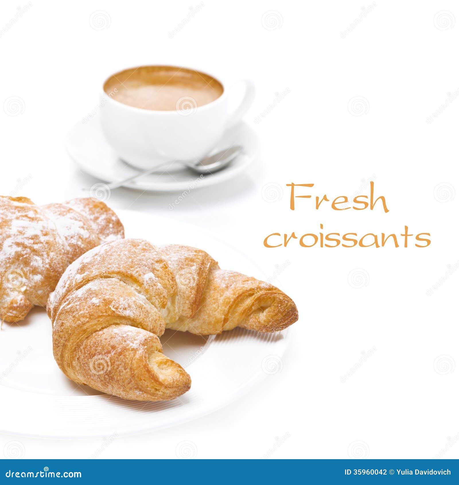 Cruasanes frescos y taza de café, aislados