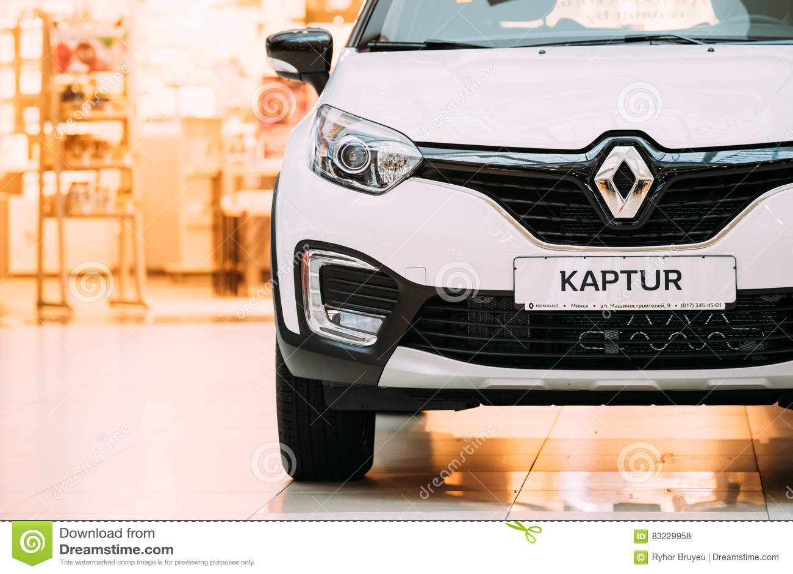 Cruce blanca del Subcompact de Renault Kaptur Car Is The del color en Pasillo