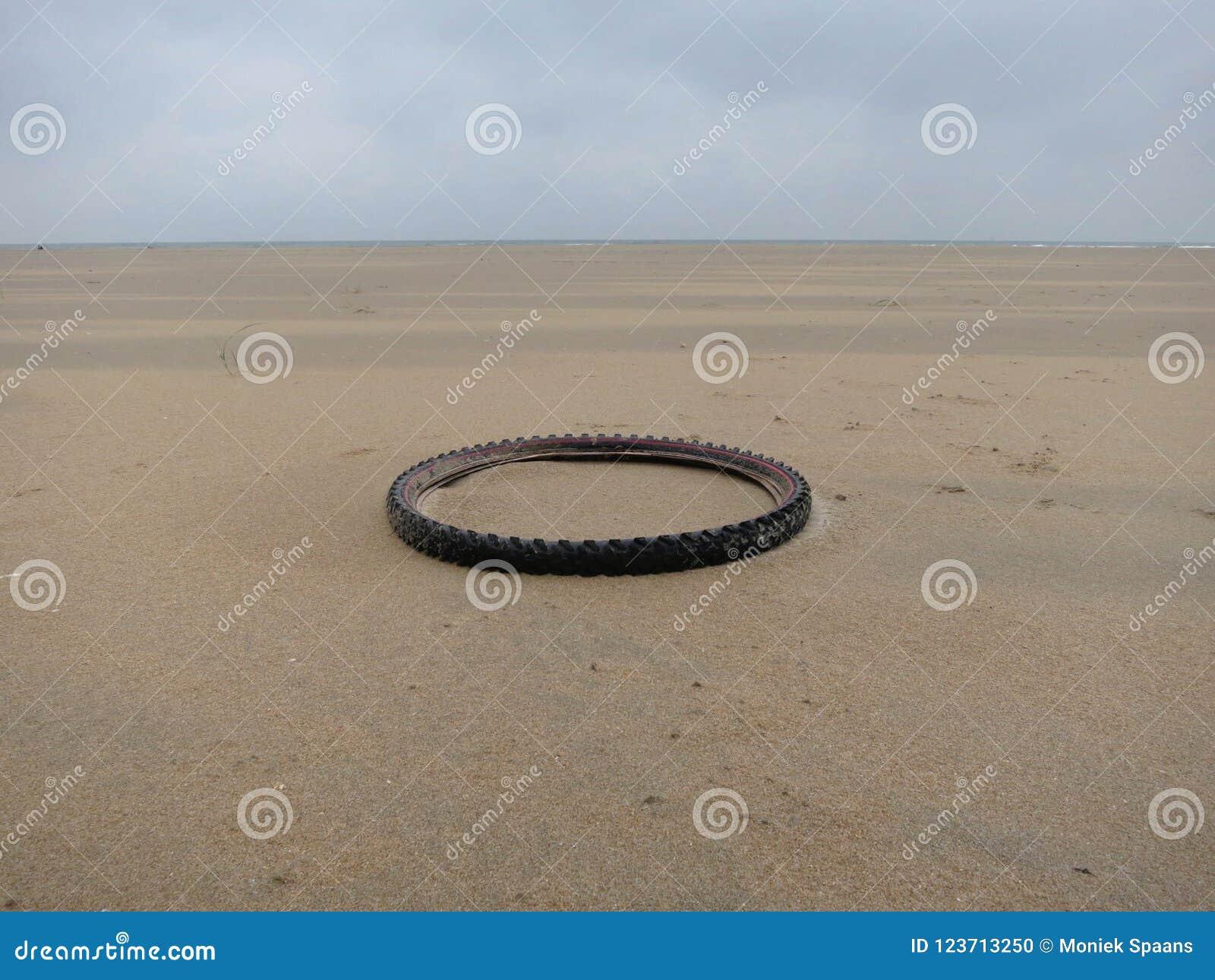 Cruce giratorio: neumático viejo que pone en la playa