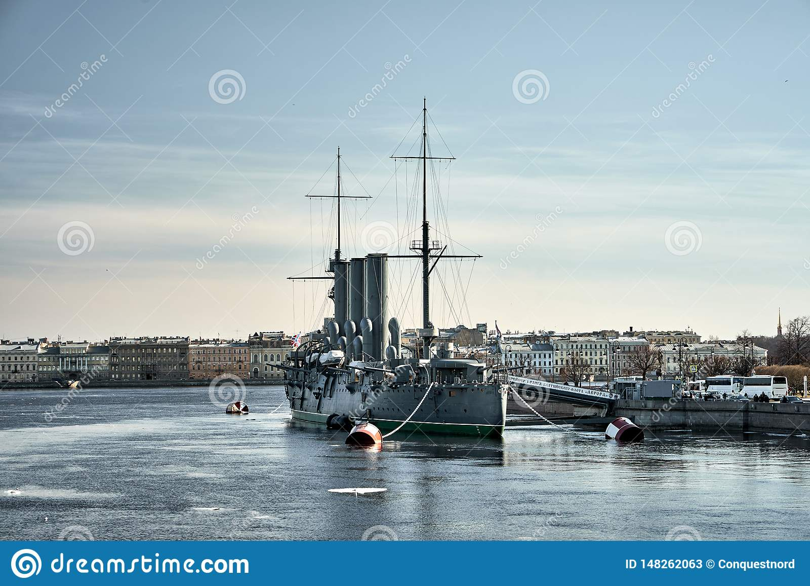Crucero de Aurora Avrora en St Petersburg, Rusia Nave rusa del museo del crucero en St Petersburg