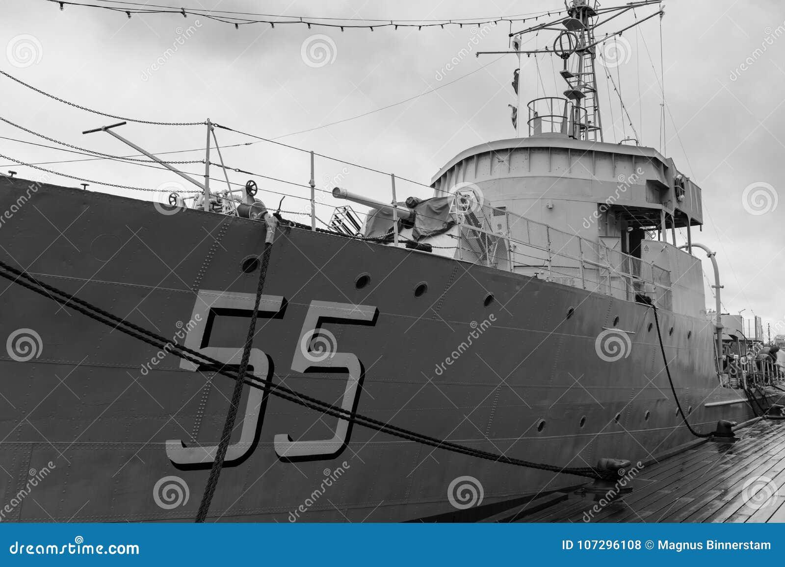 Crucero de batalla jubilado viejo anclado en el puerto
