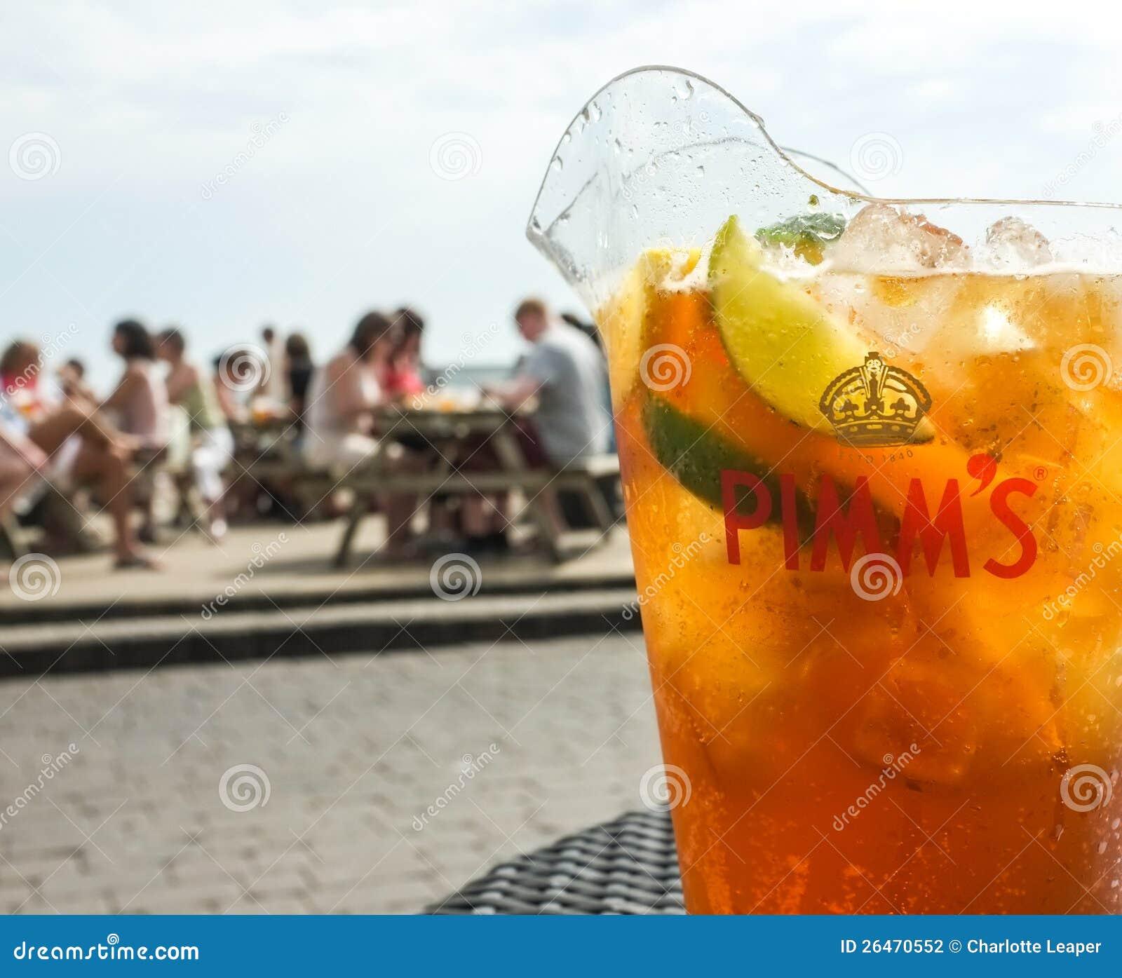 Cruche de la boisson de Pimm à l extérieur
