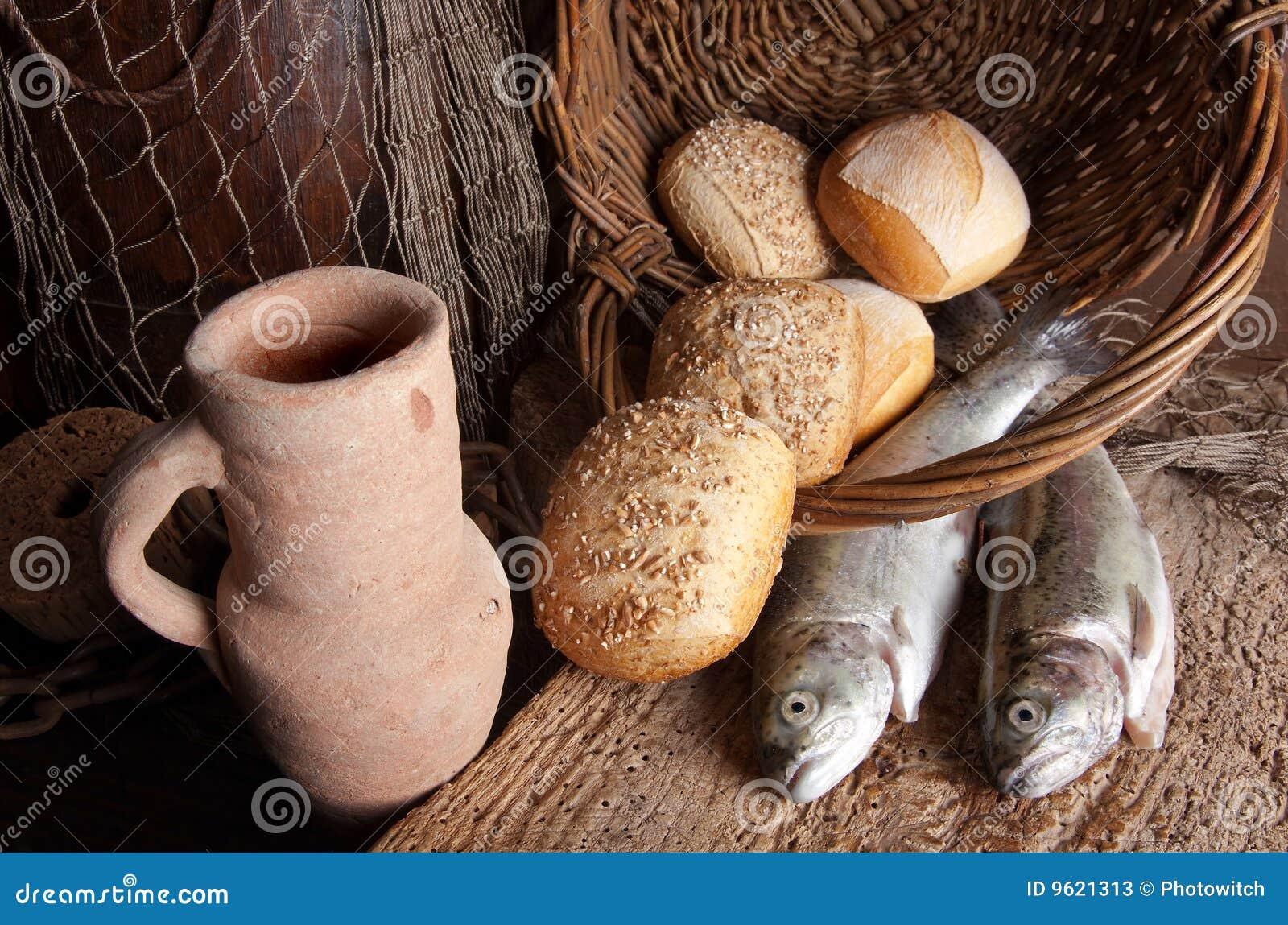 Cruche de vin avec du pain et des poissons
