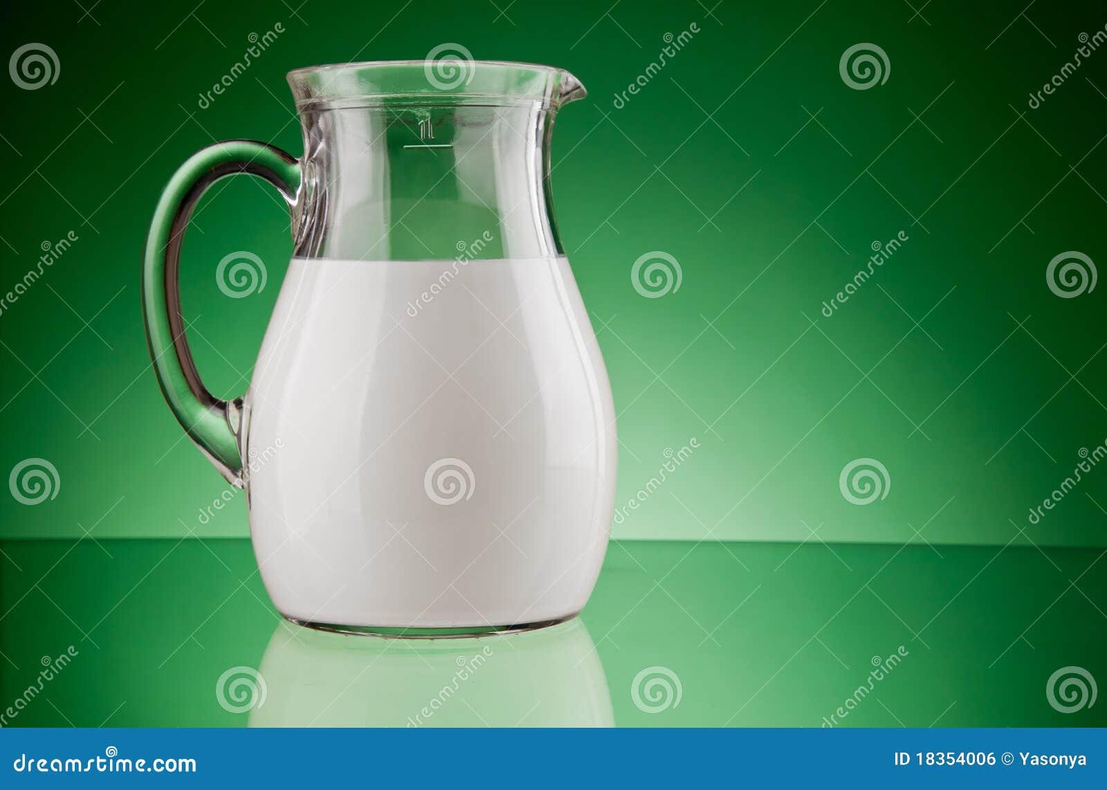 Cruche en verre avec du lait