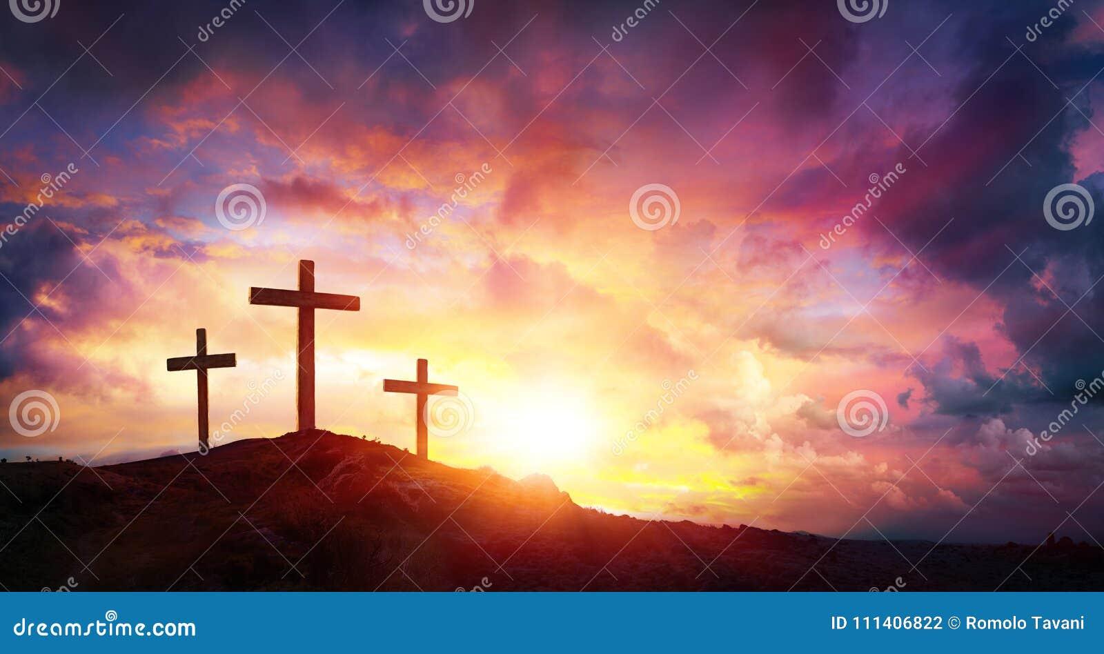 Crucificação de Jesus Christ At Sunrise - três cruzes