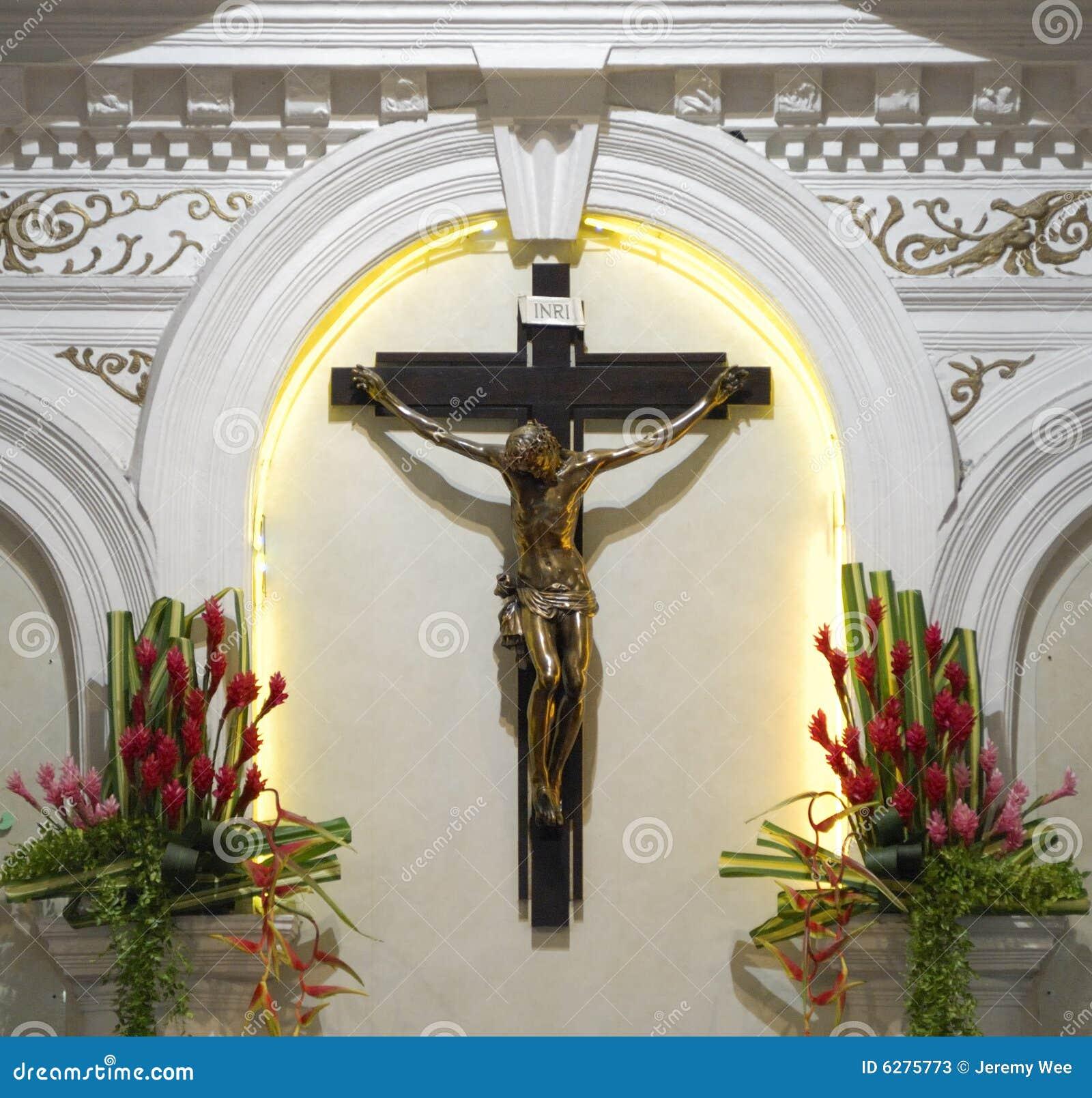 Crucifijo en una iglesia católica