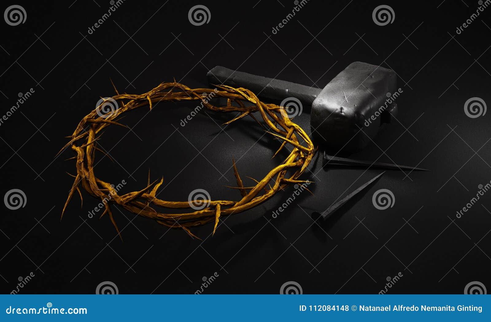 Crucifixión de Jesus Christ - cruz con los clavos y el oro C del martillo