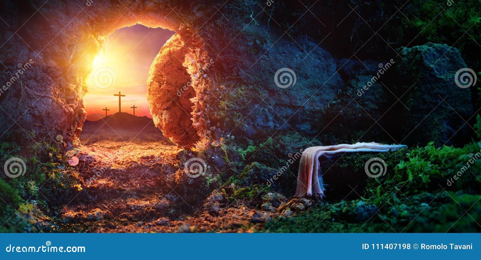 Crucifixion au lever de soleil - tombe vide avec le linceul