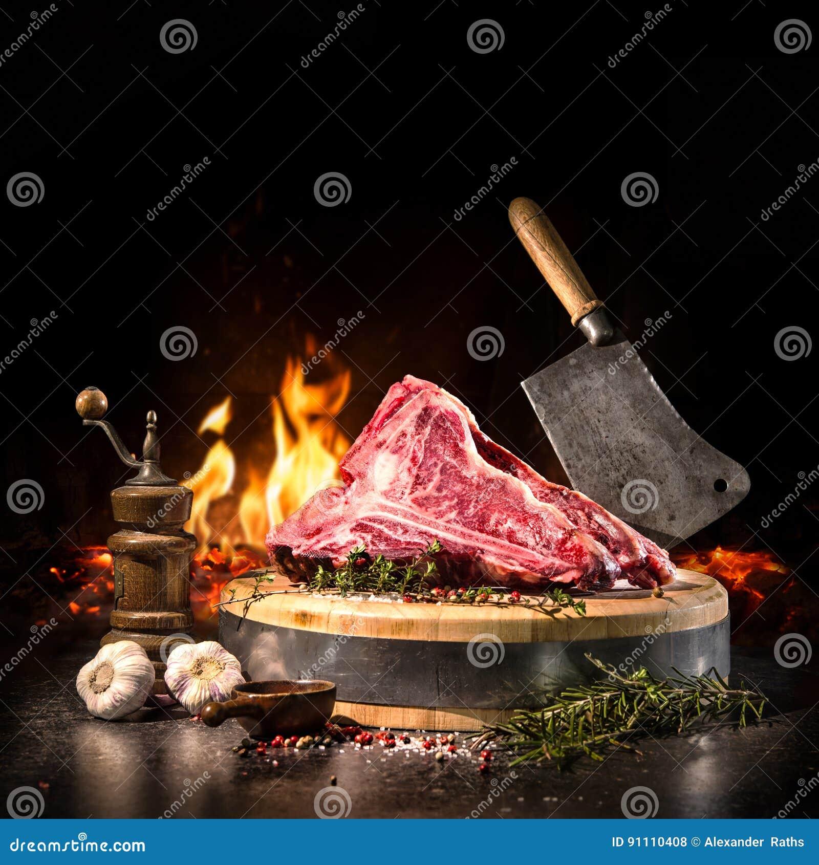 Crudo asciughi le bistecche di bistecca con l osso invecchiate per la griglia