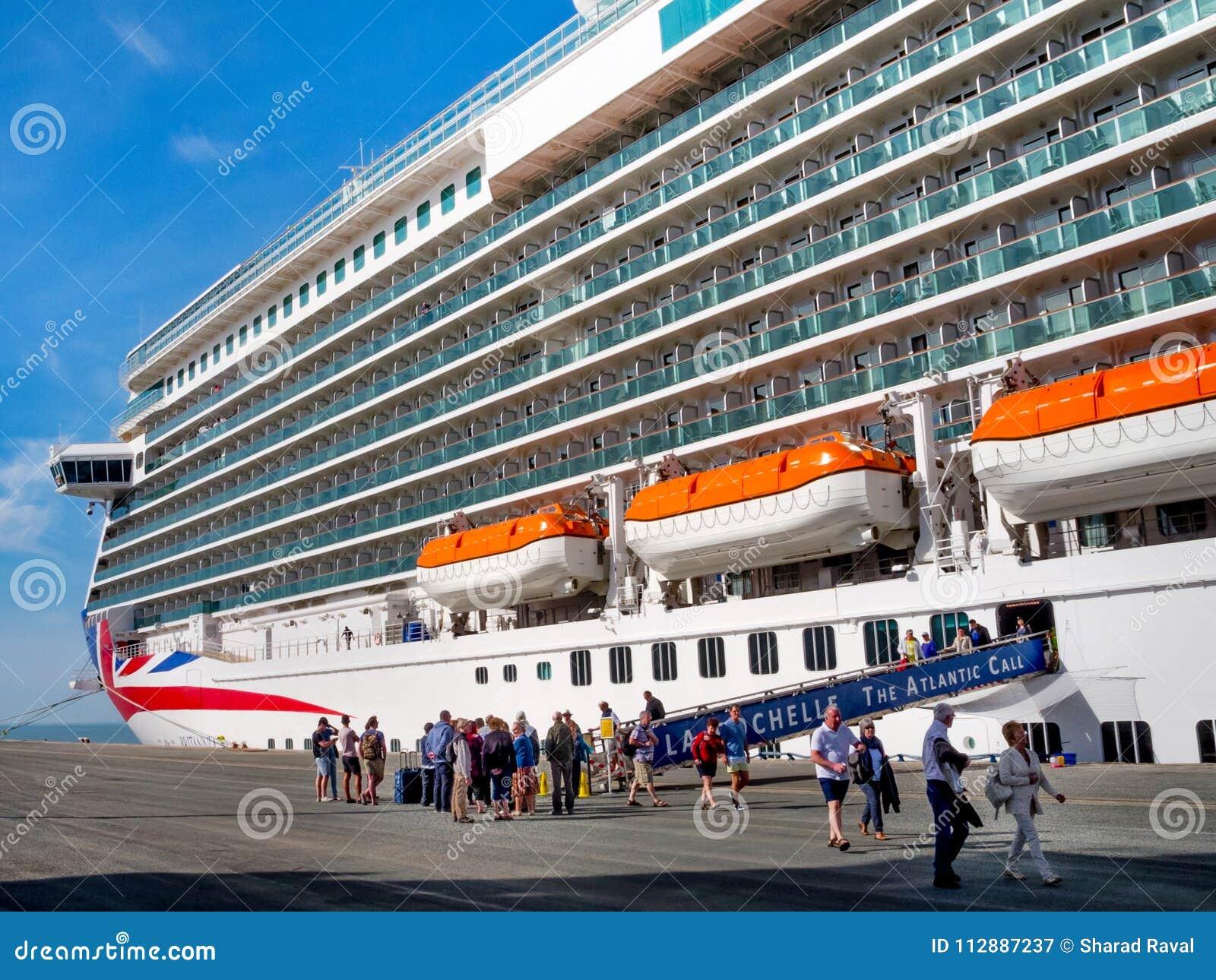 Cruiseboot Britannia bij de haven van La Rochelle, Frankrijk is geland dat