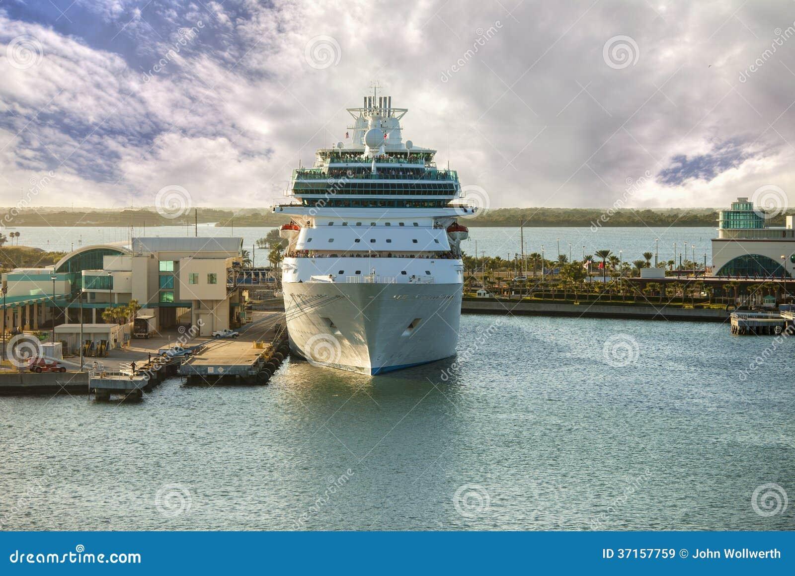 Cruiseschip in haven