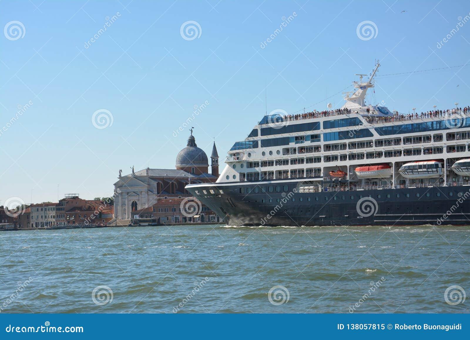 Cruiseschip in het Giudecca-kanaal in Venetië