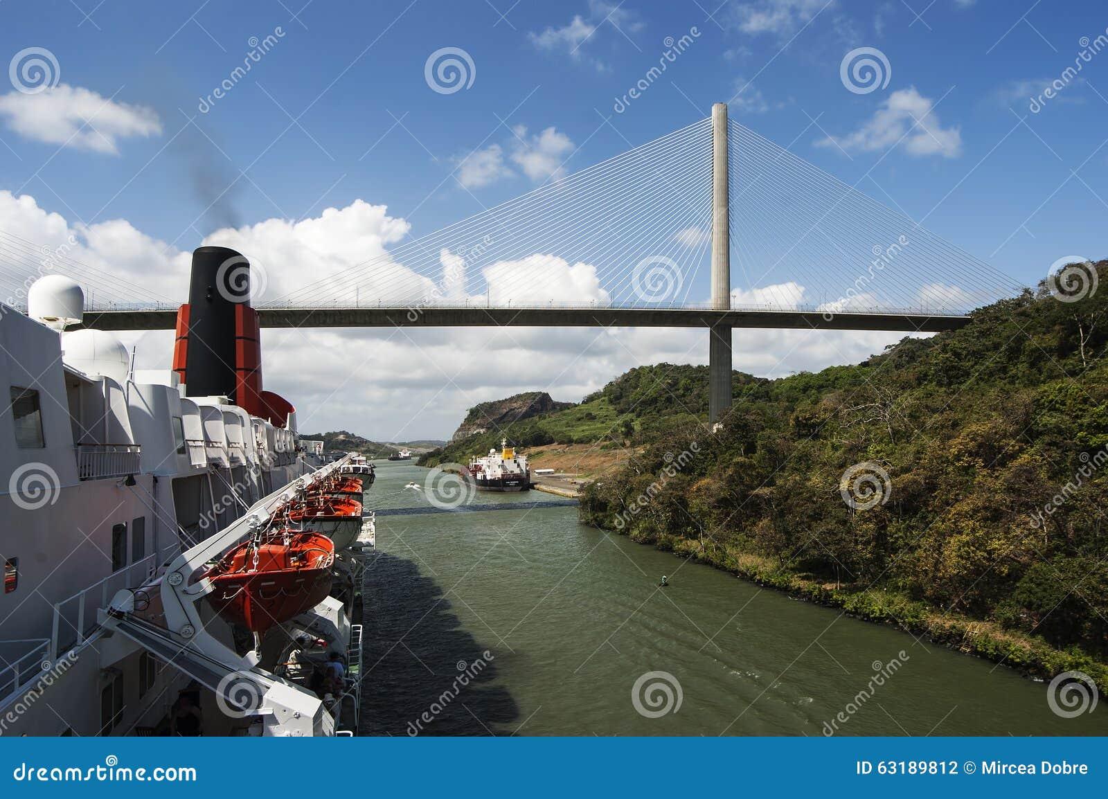 Cruiseschip Koningin Elizabeth die 2 het Kanaal van Panama overgaan dichtbij de brug