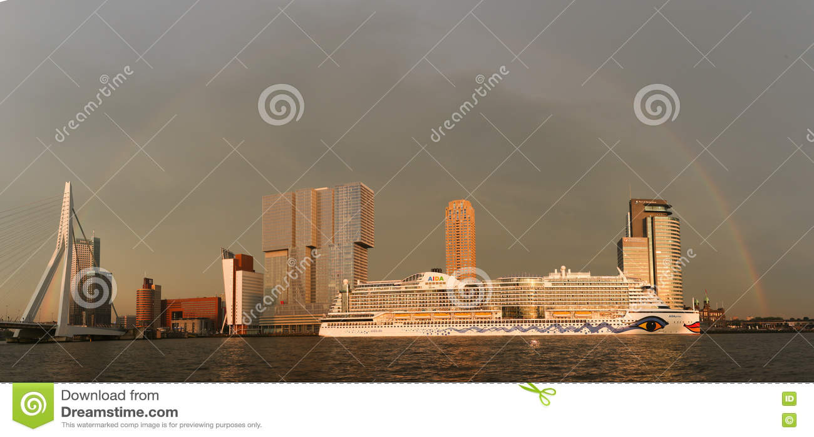 Cruiseship阿伊达在鹿特丹港口靠了码头