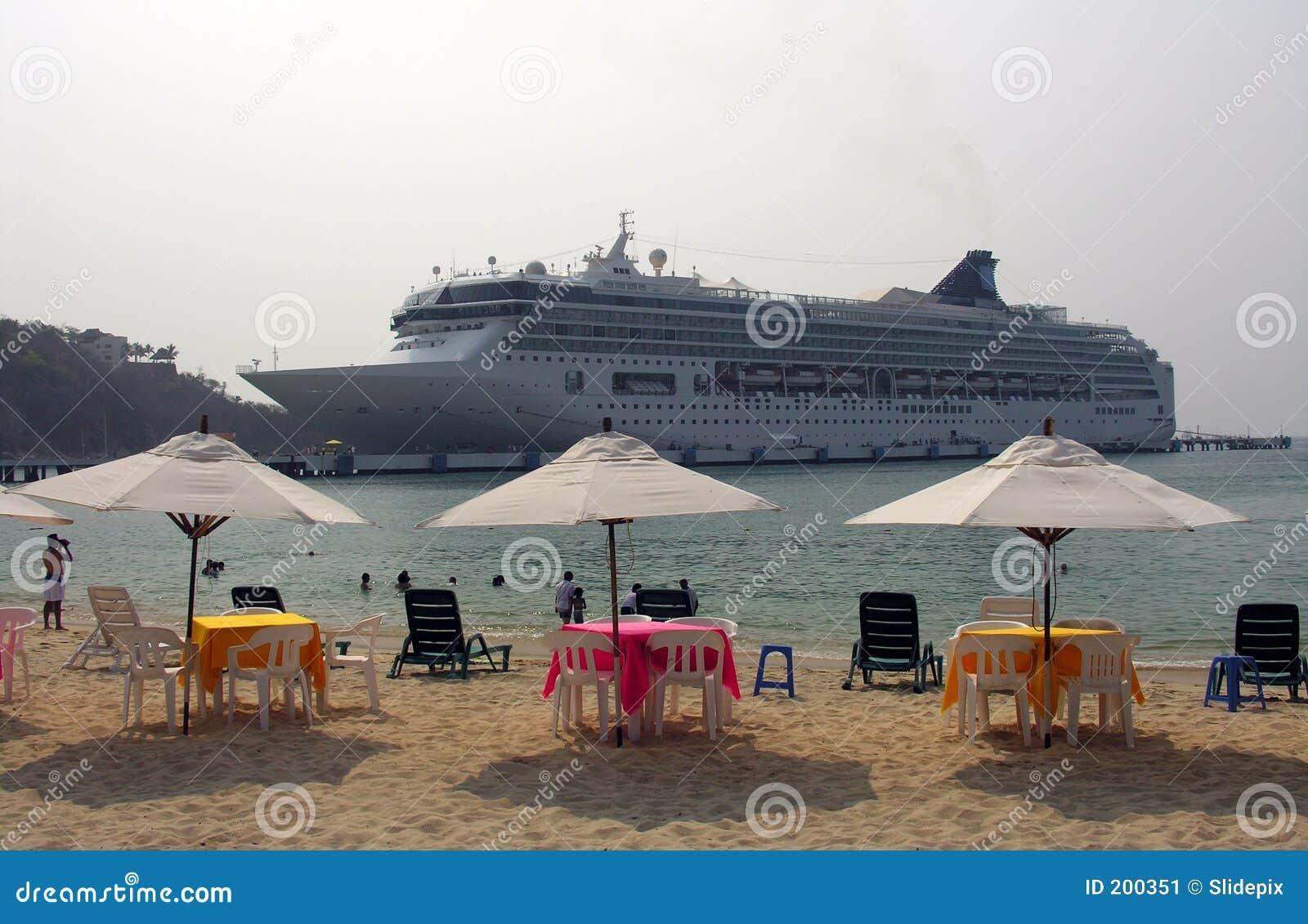 Cruiseship blisko plaży