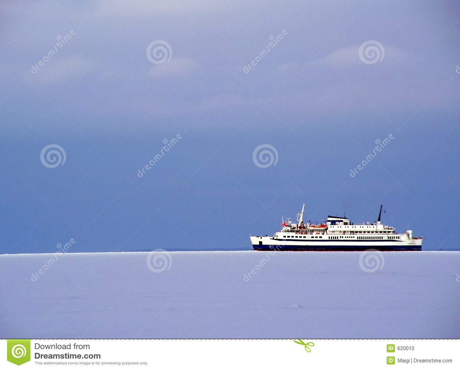 Cruiseship op ijzige overzees