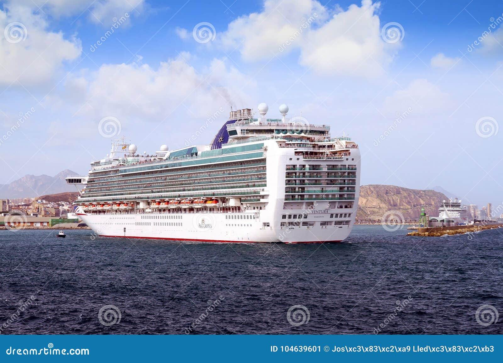 Download Cruiseship Ventura Die De Haven Van Alicante Met De Proefsnijdersboot Verlaten Redactionele Foto - Afbeelding bestaande uit levensstijl, mooi: 104639601