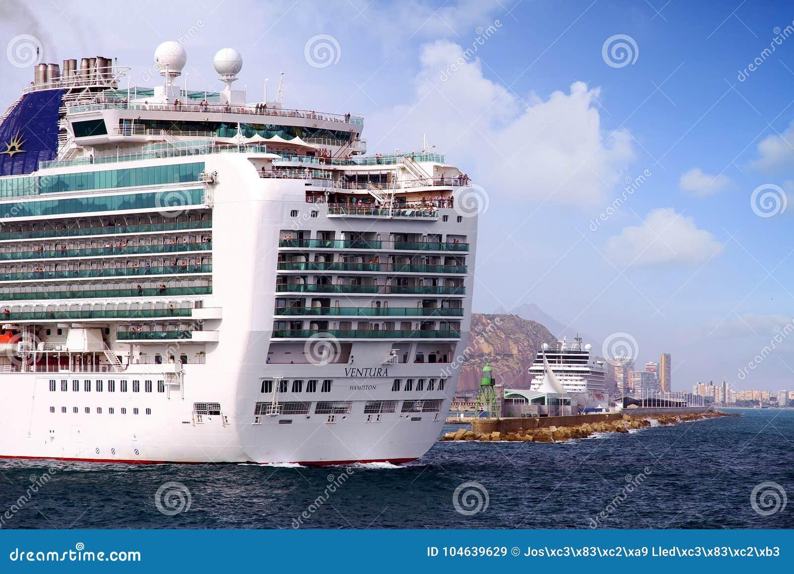 Download Cruiseship Ventura Die De Haven Van Alicante Met De Proefsnijdersboot Verlaten Redactionele Stock Afbeelding - Afbeelding bestaande uit bedrijf, cruise: 104639629