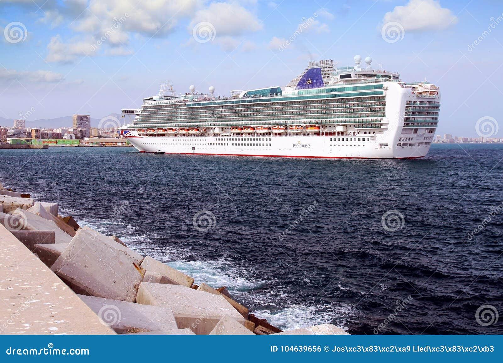 Download Cruiseship Ventura Die De Haven Van Alicante Met De Proefsnijdersboot Verlaten Redactionele Foto - Afbeelding bestaande uit reddingsboten, ontsnapping: 104639656