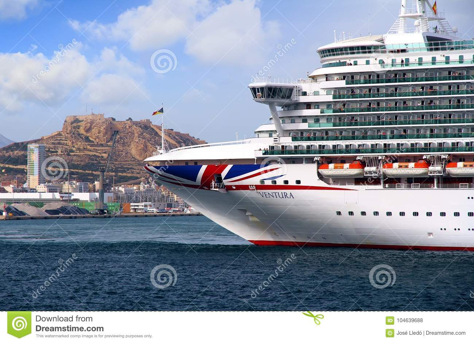 Download Cruiseship Ventura Die De Haven Van Alicante Met De Proefsnijdersboot Verlaten Redactionele Stock Foto - Afbeelding bestaande uit radar, reddingsboten: 104639688