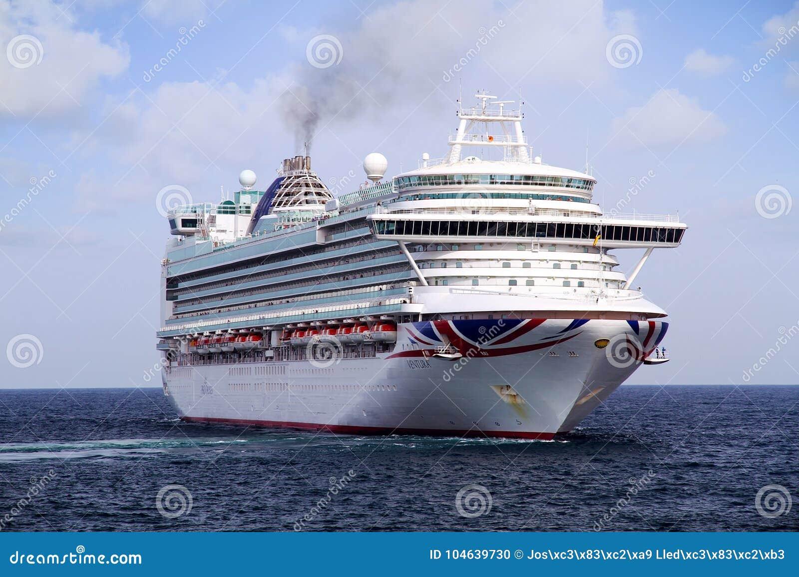 Download Cruiseship Ventura Die De Haven Van Alicante Met De Proefsnijdersboot Verlaten Redactionele Afbeelding - Afbeelding bestaande uit verlof, leisure: 104639730
