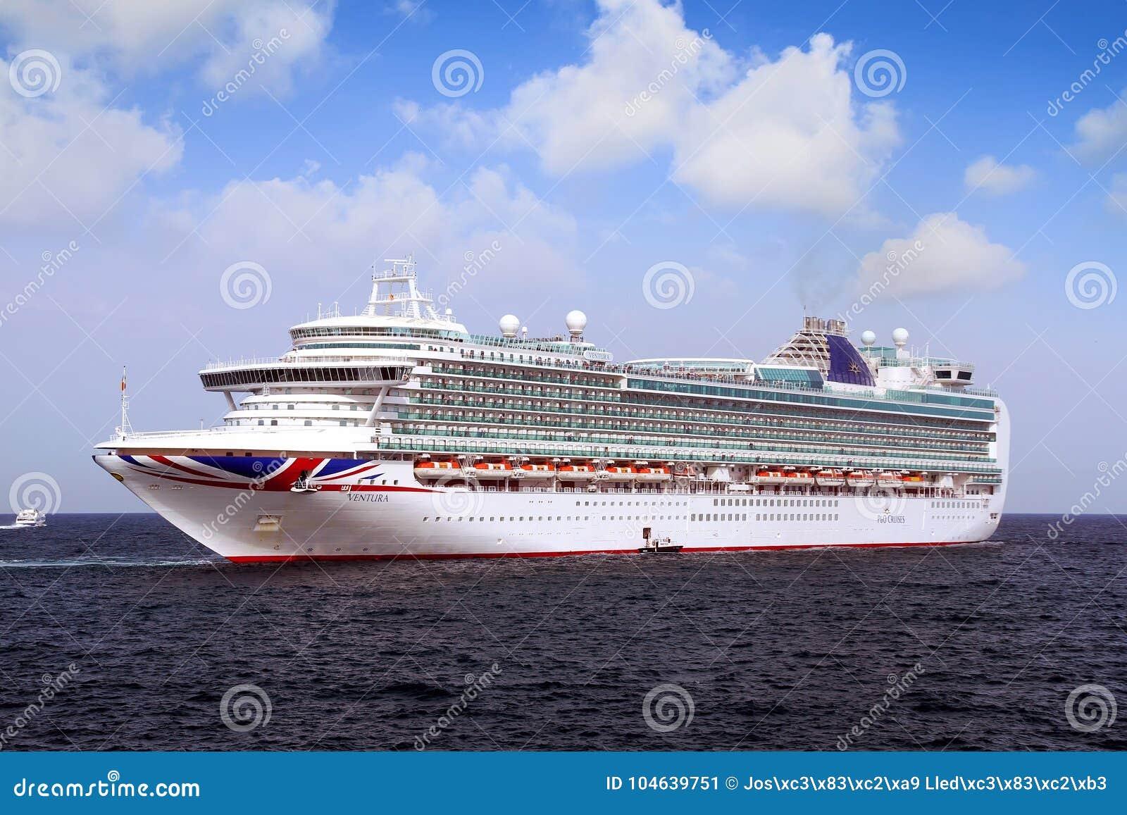 Download Cruiseship Ventura Die De Haven Van Alicante Met De Proefsnijdersboot Verlaten Redactionele Foto - Afbeelding bestaande uit groot, reddingsboten: 104639751