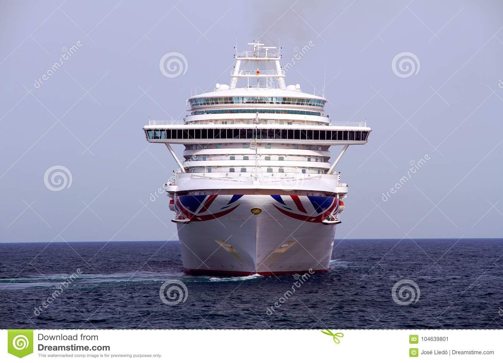 Download Cruiseship Ventura Die De Haven Van Alicante Met De Proefsnijdersboot Verlaten Redactionele Foto - Afbeelding bestaande uit luxe, vakantie: 104639801